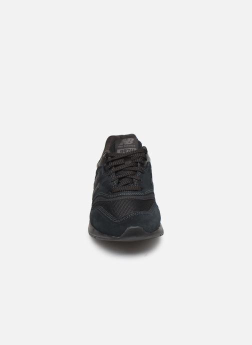 Sneakers New Balance 997 Nero modello indossato