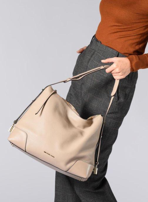 Handtaschen Michael Michael Kors Crosby LG Shoulder braun ansicht von unten / tasche getragen