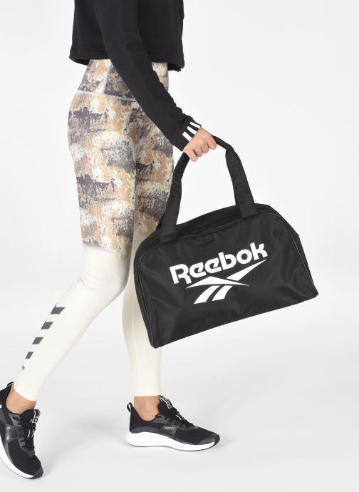 Sporttaschen Reebok CL FO Duffle schwarz ansicht von unten / tasche getragen