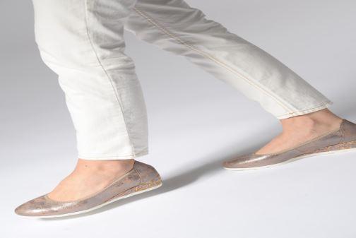 Pumps Jana shoes Lina gold/bronze ansicht von unten / tasche getragen