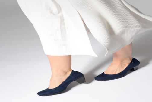 High heels Jana shoes Anna Blue view from underneath / model view
