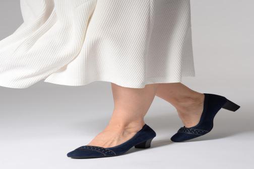 Pumps Jana shoes Maya blau ansicht von unten / tasche getragen