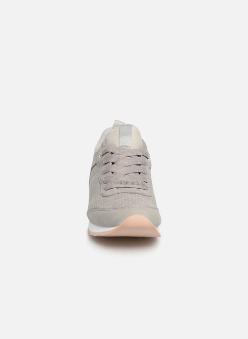 Sneakers Esprit Astro Perf.LU Grigio modello indossato