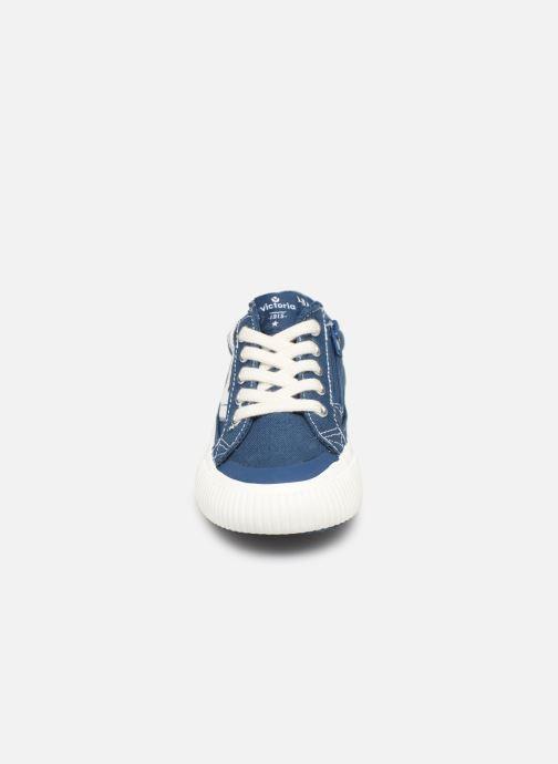 Sneakers Victoria Tribu Lona Retro Azzurro modello indossato