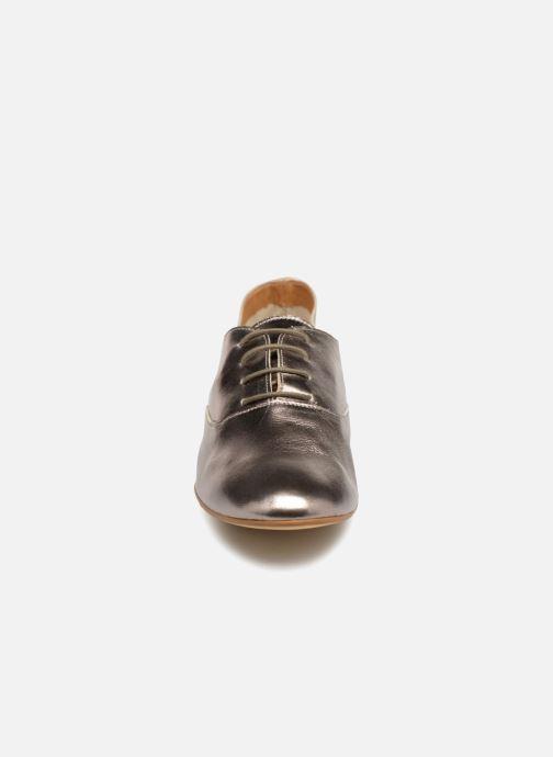 Scarpe con lacci Monoprix Femme Derby en cuir lisse Argento modello indossato