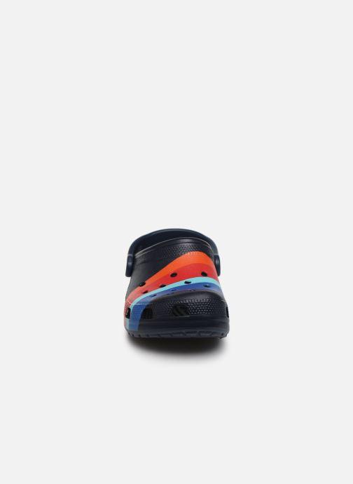 Mules et sabots Crocs Classic Seasonal Graphic Clog F Bleu vue portées chaussures