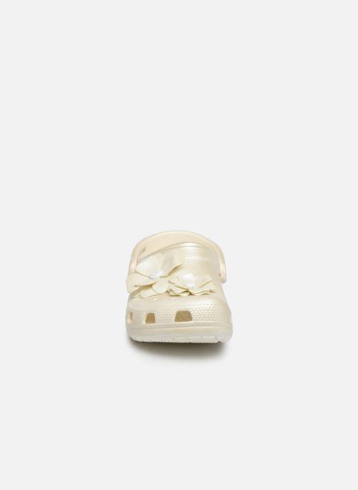 Mules et sabots Crocs Classic Vivid Blooms Clog Blanc vue portées chaussures