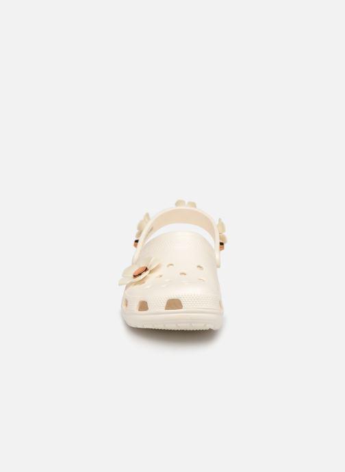 Mules et sabots Crocs Classic Metallic Blooms Clog Blanc vue portées chaussures