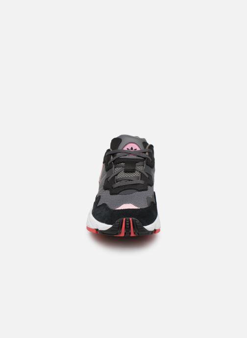 Sneakers adidas originals Yung-96 J Grigio modello indossato