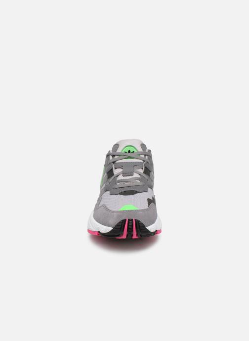 Baskets adidas originals Yung-96 J Gris vue portées chaussures