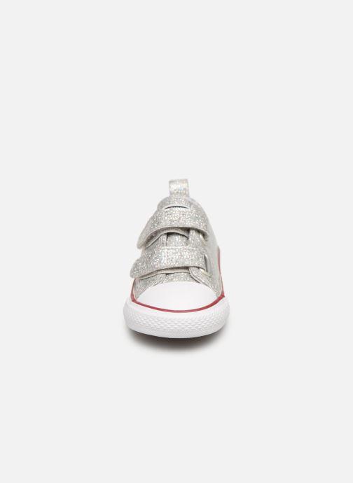 Sneakers Converse Chuck Taylor All Star 2V Ox Sport Sparkle Argento modello indossato