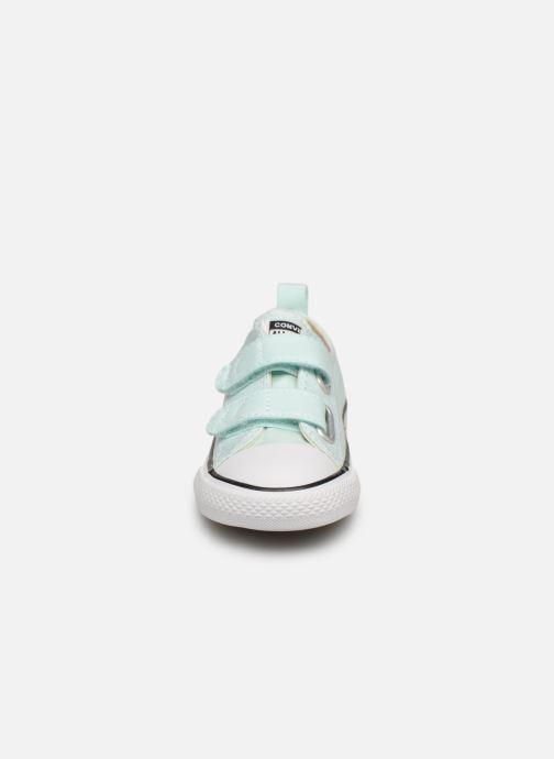 Sneakers Converse Chuck Taylor All Star 2V Ox Seasonal Color Azzurro modello indossato