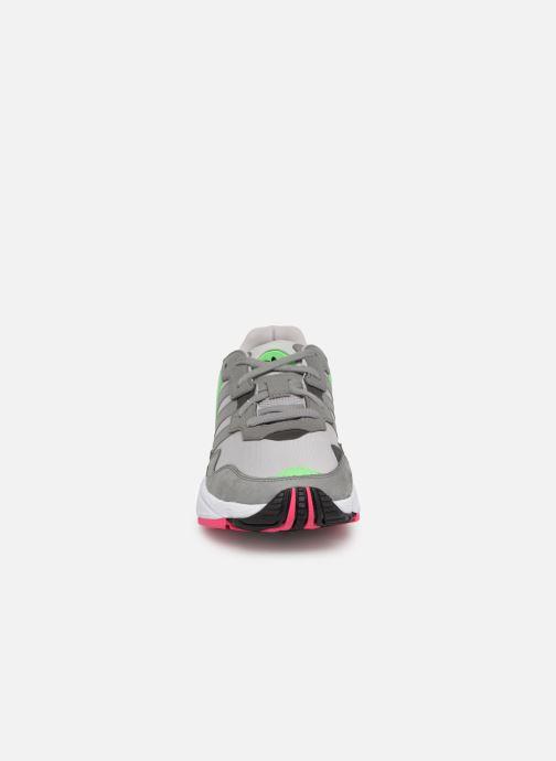 Baskets adidas originals Yung-96 Gris vue portées chaussures