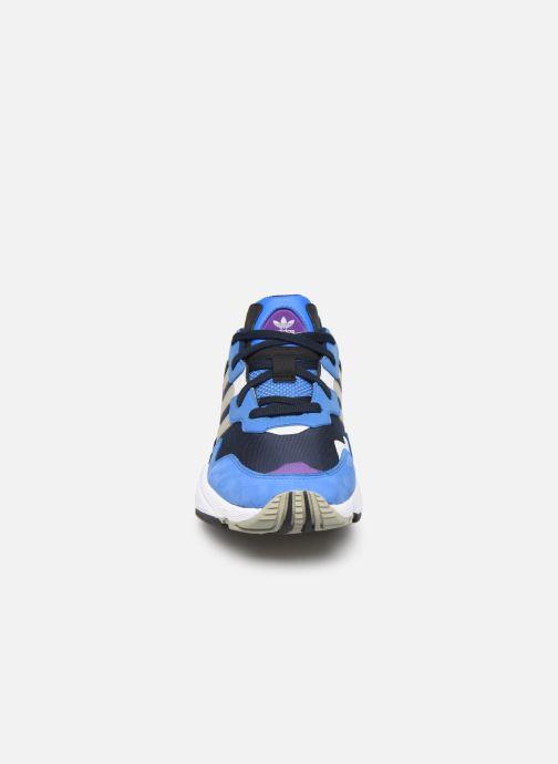Baskets adidas originals Yung-96 Bleu vue portées chaussures