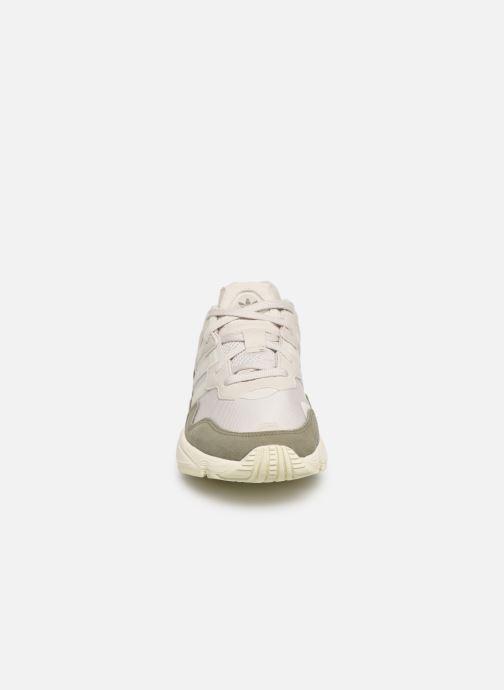 Baskets adidas originals Yung-96 Blanc vue portées chaussures