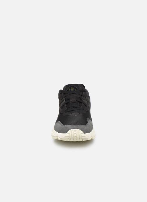 Sneakers adidas originals Yung-96 Nero modello indossato