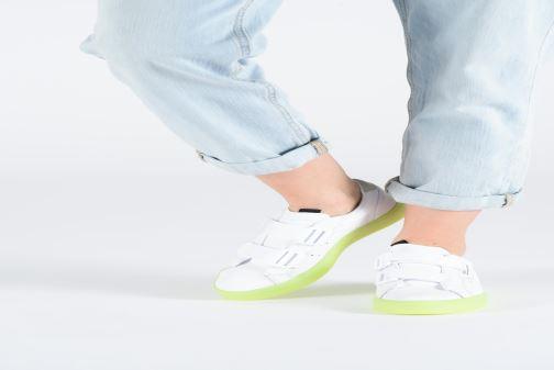 Sneaker Adidas Originals Adidas Sleek S W weiß ansicht von unten / tasche getragen