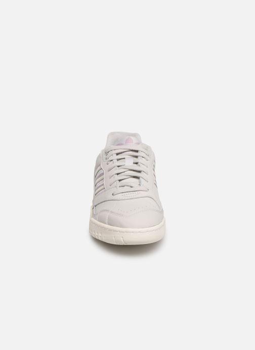 Baskets adidas originals A.R. Trainer W Gris vue portées chaussures