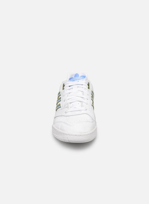 Sneakers adidas originals A.R. Trainer W Bianco modello indossato
