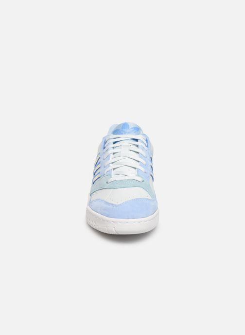 Baskets adidas originals A.R. Trainer W Bleu vue portées chaussures