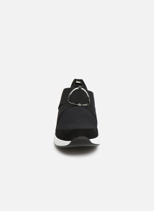 Sneakers HÖGL Funny Nero modello indossato