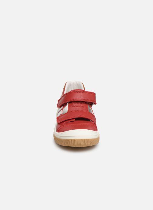 Sneakers Bopy Vito Rosso modello indossato