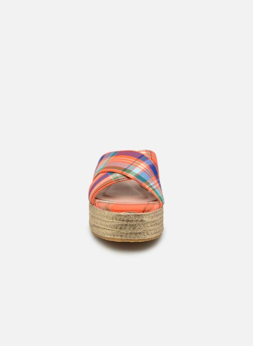 Zuecos Essentiel Antwerp Swelter sandals Naranja vista del modelo