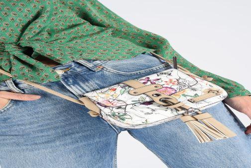 Sacs à main Tamaris Adelia Crossbody Bag S Blanc vue bas / vue portée sac