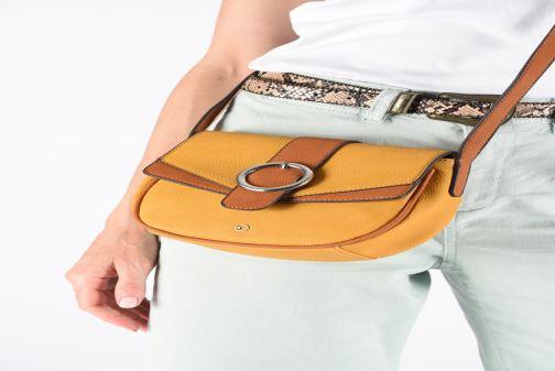 Handtaschen Tamaris Amanda Crossbody Bag grau ansicht von unten / tasche getragen