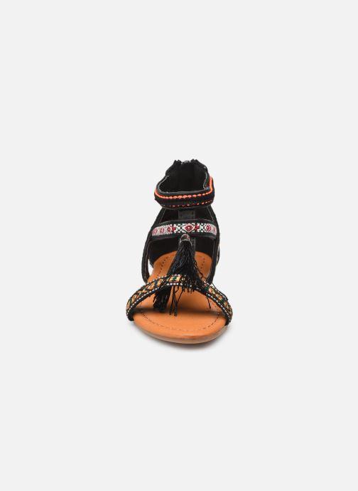 Sandali e scarpe aperte NA! Sari Nero modello indossato