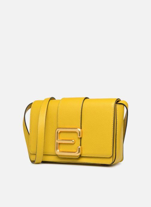 Sacs à main Essentiel Antwerp Siloh Leather medium shoulderbag Jaune vue portées chaussures