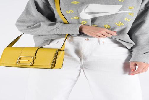 Sacs à main Essentiel Antwerp Siloh Leather medium shoulderbag Jaune vue bas / vue portée sac