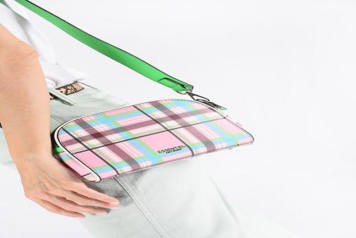 Handtaschen Essentiel Antwerp Santoni shoulderbag mehrfarbig ansicht von unten / tasche getragen