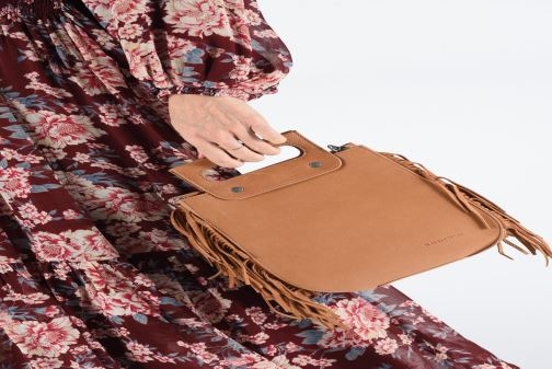 Handtaschen Sabrina Blair braun ansicht von unten / tasche getragen
