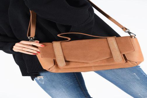 Handtaschen Sabrina Caroline braun ansicht von unten / tasche getragen