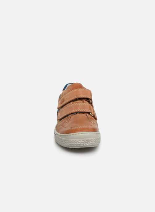 Sneakers Ricosta Lucas Marrone modello indossato