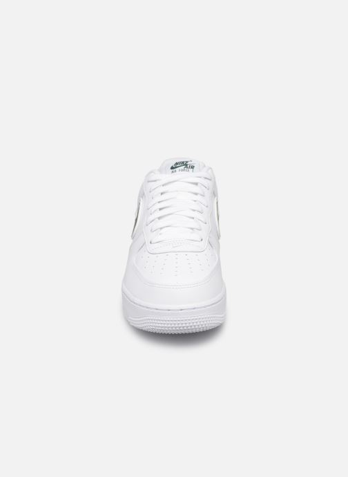Sneakers Nike Air Force 1 '07 3 Bianco modello indossato