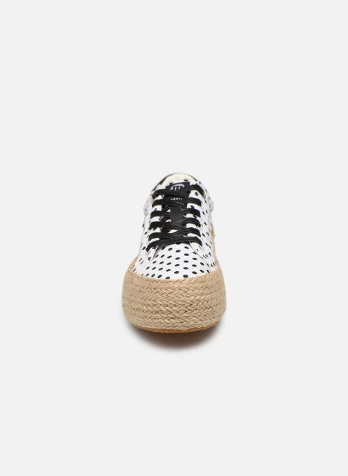 Baskets MTNG 69492 Blanc vue portées chaussures