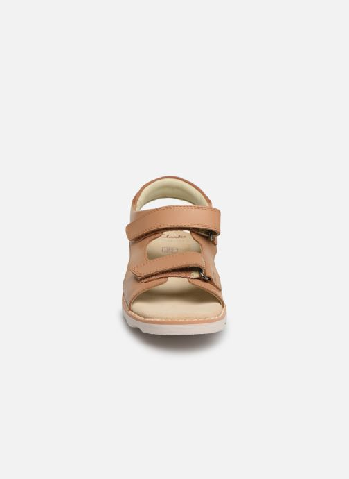 Sandales et nu-pieds Clarks Crown Root K Beige vue portées chaussures