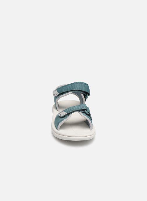 Sandales et nu-pieds Clarks Surfing Tide Bleu vue portées chaussures