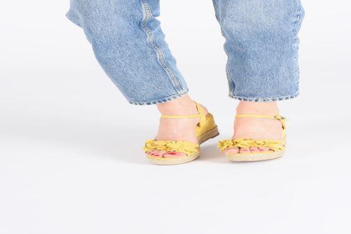 Sandales et nu-pieds Xti 35040 Jaune vue bas / vue portée sac