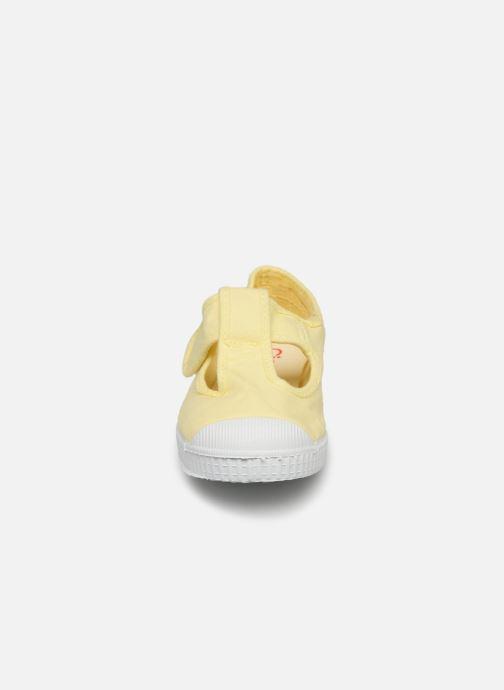 Sneakers Cienta Pilou Giallo modello indossato