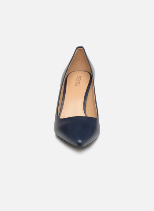 Zapatos de tacón Michael Michael Kors Dorothy Flex Pump Azul vista del modelo
