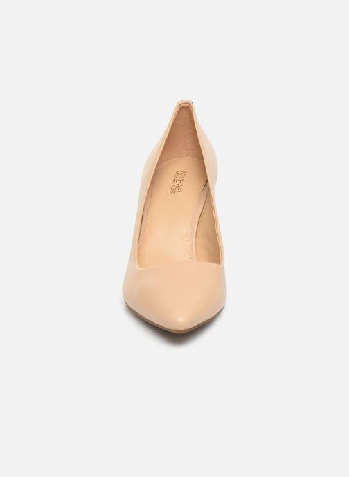 Zapatos de tacón Michael Michael Kors Dorothy Flex Pump Beige vista del modelo