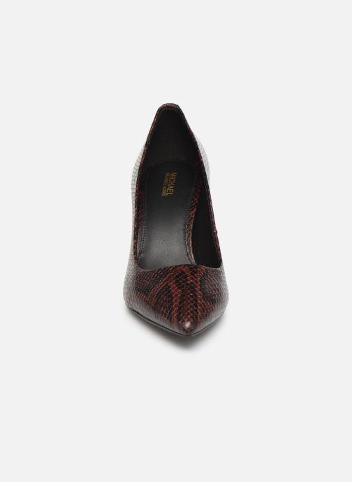 Zapatos de tacón Michael Michael Kors Dorothy Flex Pump Vino vista del modelo