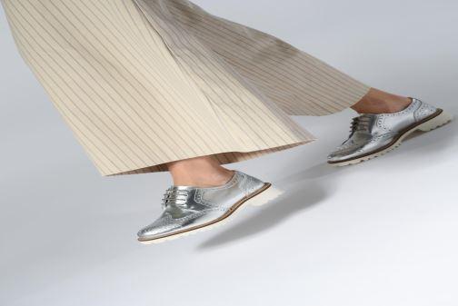 Schnürschuhe Kickers ROVENTRY weiß ansicht von unten / tasche getragen