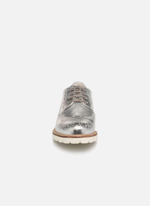 Scarpe con lacci Kickers ROVENTRY Argento modello indossato