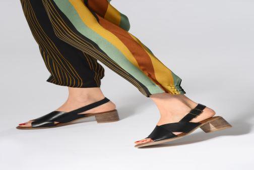 Sandalen Kickers VICTORIANE schwarz ansicht von unten / tasche getragen