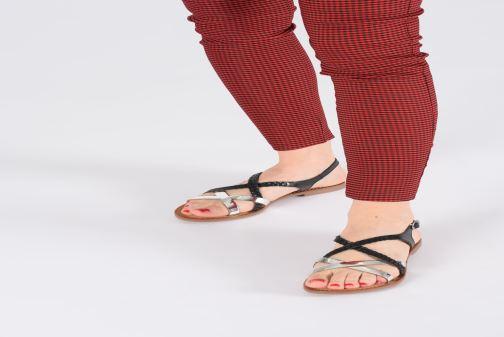 Sandalen Kickers ETHY schwarz ansicht von unten / tasche getragen