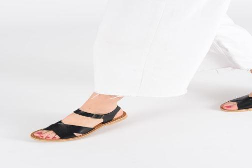 Sandales et nu-pieds Kickers TILLY Noir vue bas / vue portée sac